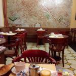 1階のレストラン 朝食はクロアッサンとフランスパンをジャムとバターで食べます