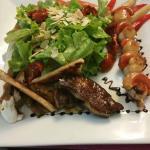Assiette avec foie gras poêlé  et brochette de saint jacques  ! Excellent !!