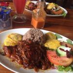 Pollo en salsa caribeña y rice n beans