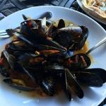 Mussels with garlic and saffron sauce