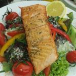 Gegrillter Lachs auf Blattsalat