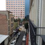 La calle donde esta ubicado el hotel, no es la mejor, pero es central.