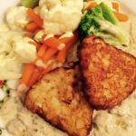 Gemüseteller, gedünstetes Gemüse mit Sauce Hollandaise, frischen Champignons in Rahm dazu Röstin