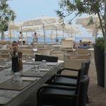 Приятно поисдите на берегу и вкусно перекусить