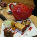 Desserts gourmands accompagnés d'un thé, rien de tel quand dehors la neige tempête.