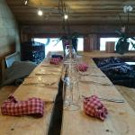 Table en bois, décors type chalet