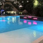 Piscina principal en la noche/Main pool at night