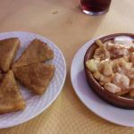 Queso frito y patatas con alioli y gambas