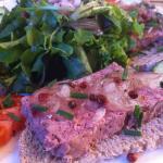 toast met abdijpaté, uienconfituur, rode peperbessen en bieslook