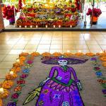 El tradicional tapete de arena y altar de muertos, ocupados en conservar lo que es nuestro!