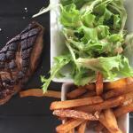 Magret de canard du Lauragais planché, salade et frites