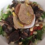 Salade gourmande -Mesclun de salade accompagné de gésiers, croûtons, dés de poires, noix et foie