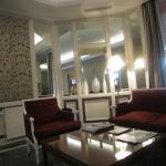 Vaste salon à disposition jouxtant le hall d'entrée