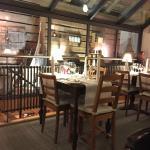 Blick durchs Restaurant und in die Deko hinter den Glasscheiben