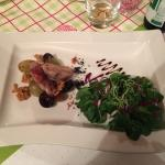 schön dekorierter Salat als Vorspeise