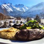 Délicieuse bavette de Black Angus et polenta à la truffe! Le tout avec une vue magnifique!