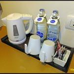 น้ำดื่มและกาแฟภายในห้องพัก