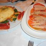 Huevos estrellados con jamon y pimientitos y ventresca con tomate