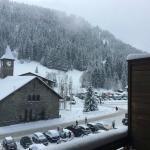 Vue depuis le balcon : Pistes, Eglise et parking