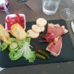 Tapas froides : mousse de betteraves, jambon serrano et gambas au piment d'Espelette