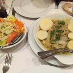 Atum de cebolada e salada mista