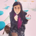 Disfrutando su helado