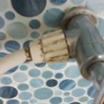 Der Duschschlauch im Badezimmer