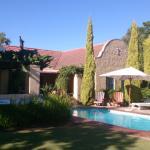Rum mot trädgård och pool