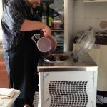 Il proprietario in fase di mantecazione del gelato artigianale al cioccolato