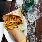Frokost med kyllingesandwich samt rosmarinfritter og basilikumsmayo!