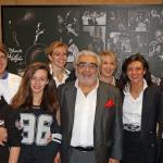 Guy Ditadian au centre, Boris, le chef à gauche et tout le 'clan' Ditadian