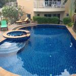 La piscine et son jacuzzi