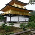 「金閣寺」《ろくおんじ》京都最具代表性的地標建築物 , 被日本政府指定為國寶 , 並於1994年以古京都的歷史遺跡被指定為世界文化遺產 , 在外國人眼中 , 與富士山 , 藝妓並列日本三大典型