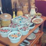 Colazione. Carrello delle marmellate, degli yogurt e dei succhi di frutta