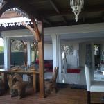 Salon moderne avec joli contraste avec la terrasse en bois
