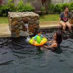 Las chicas en la piscina