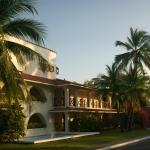Vista de frente al hotel al amanecer