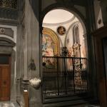 La chapelle bien éclairée, mais uniquement pour les privilégiés.