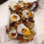 Fritura de alcachofas, calabacin y huevos de codorniz