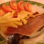 Plato combiando con trucha jamon y ensalada