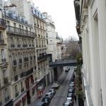 Вид из окна номера на третьем этаже (в сторону начала улицы)