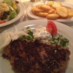 bifteki - an der kante ausgefranst und mit wahrnehmbar großen brotstücken im fleischteig