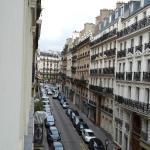 Вид из окна номера на третьем этаже (в сторону конца улицы)