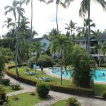 vista della piscina al centro del residence