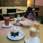 Brownie con helado, New York Cheescake, batido natural y café escocés.
