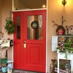 ステキでかわいい、赤い扉が迎えてくれました!