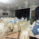 Un mariage Hindou dans l'hôtel. Les tables sont en fête