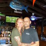 Harley et moi au bar de l'hotel.
