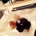 Moelleux au chocolat, boule de glace vanille et crème fraîche