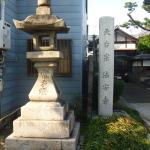 参道の寺号標と常夜燈